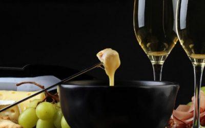 Fondue savoyarde et verres de vin blanc