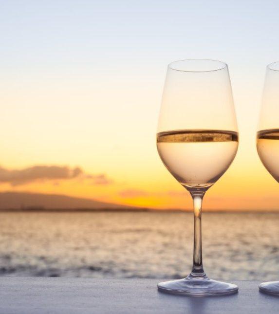 deux verres vin rosé mer ciel bleu couché de soleil romantique