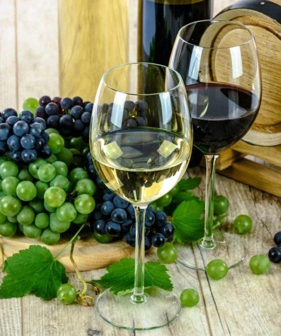 vin blanc vin rouge raisins tonneau bouteille plateau en bois