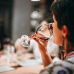 vin dégustation femme