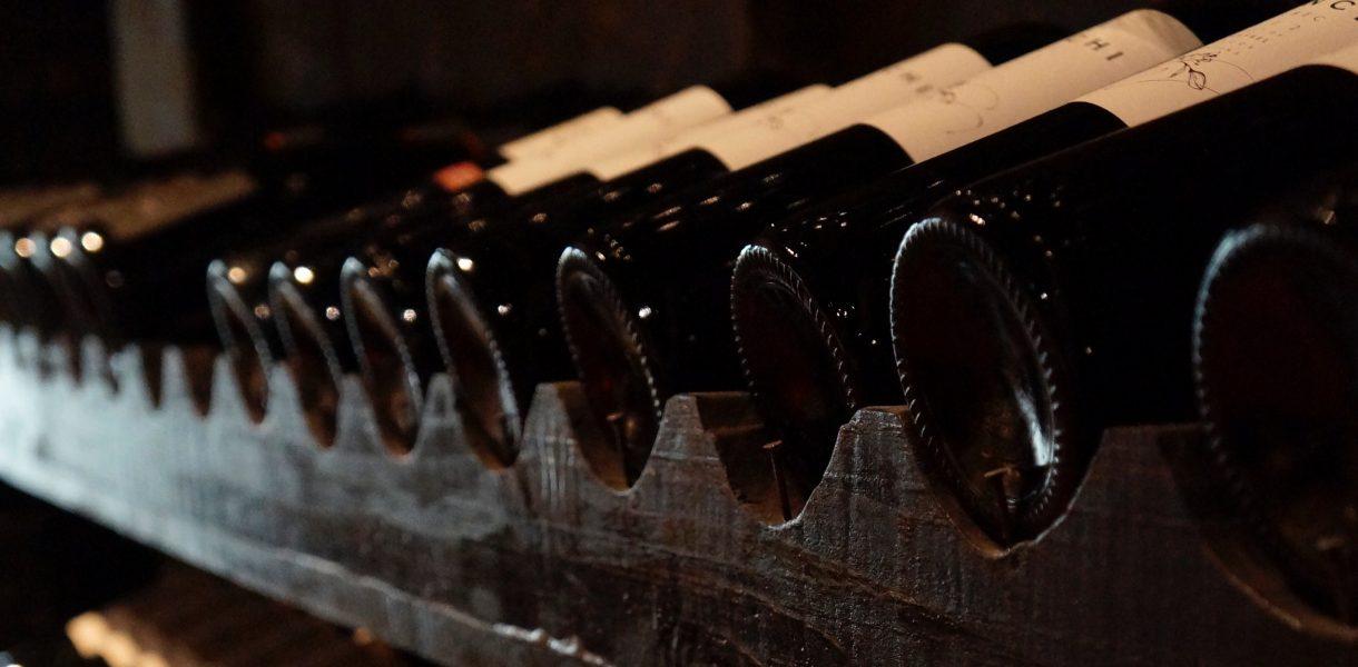 cave à vins bouteilles de rouge alignées