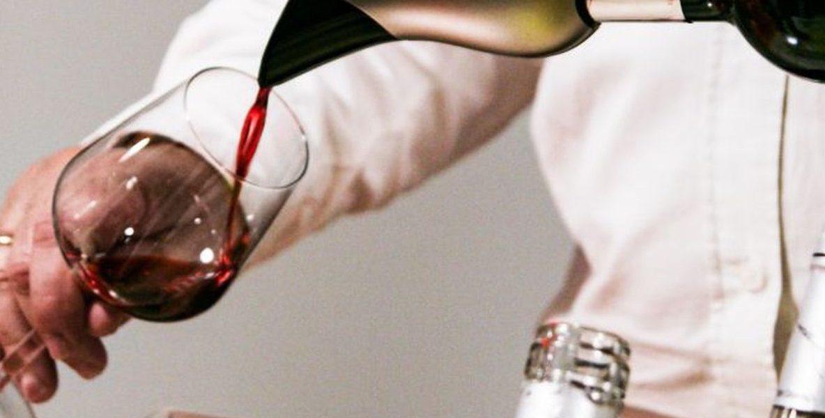 homme utilise aérateur de vin pour verser bouteille de rouge