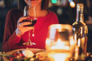 restaurant femme vin rouge