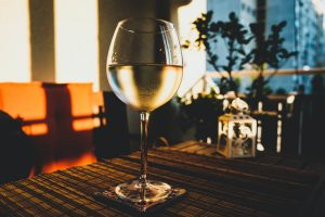 verre de vin blanc portugais sur table